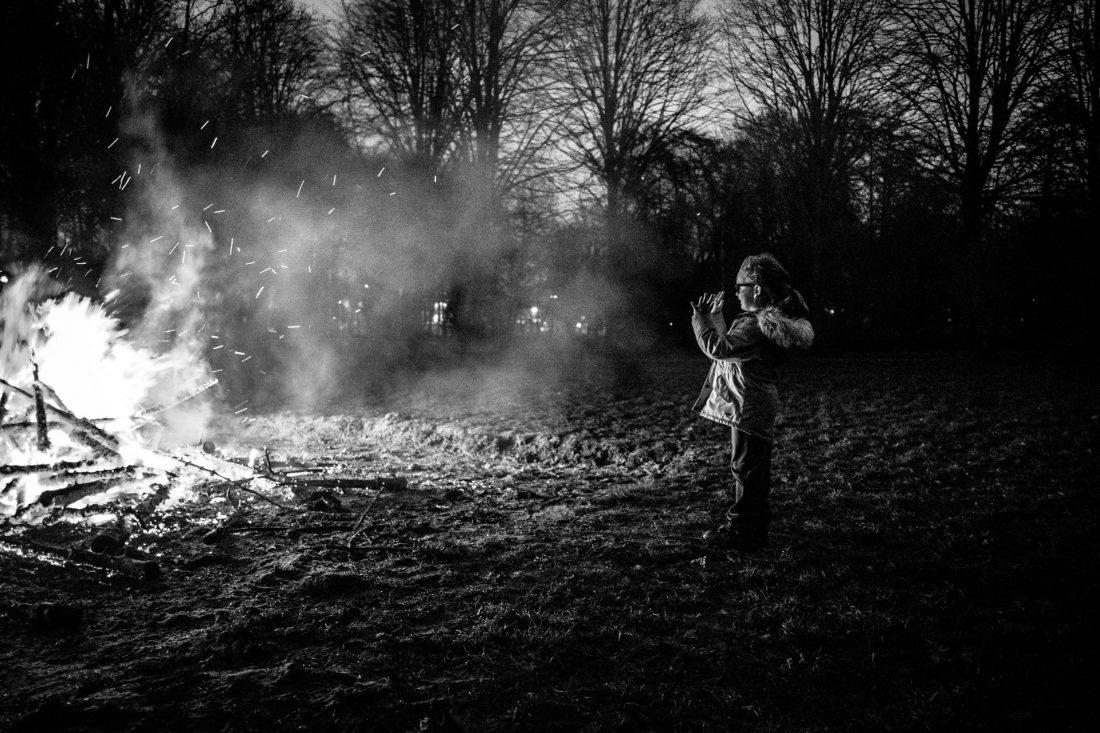 Hoorn, West-Friesland, Noord-Holland, Nederland, 4-1-2020 Tijdens de allerlaatste kerstbomenverbranding in de gemeente Hoorn komen mensen samen om hun kerstbomen te verbranden en van het grote vuur te genieten. De (vrijwillige) brandweer begeleid het vuur. En houd de mensen op afstand. (Photo by: Guillaume Groen / De Beeldunie )